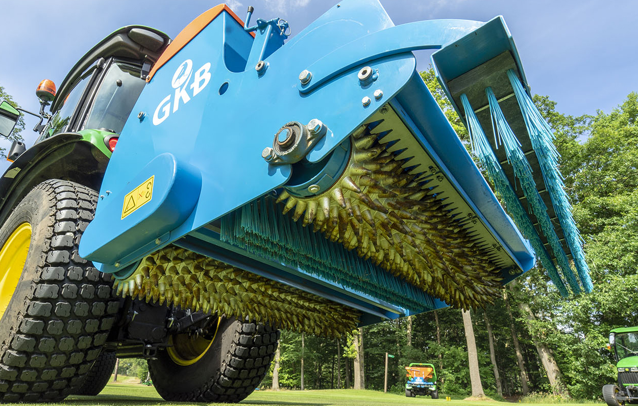 <b>Brushing</b><p></p>Behind the rollers, the two brushes sweep seed and topdressing, with the first brush being adjustable for pressure and the second following the contours.